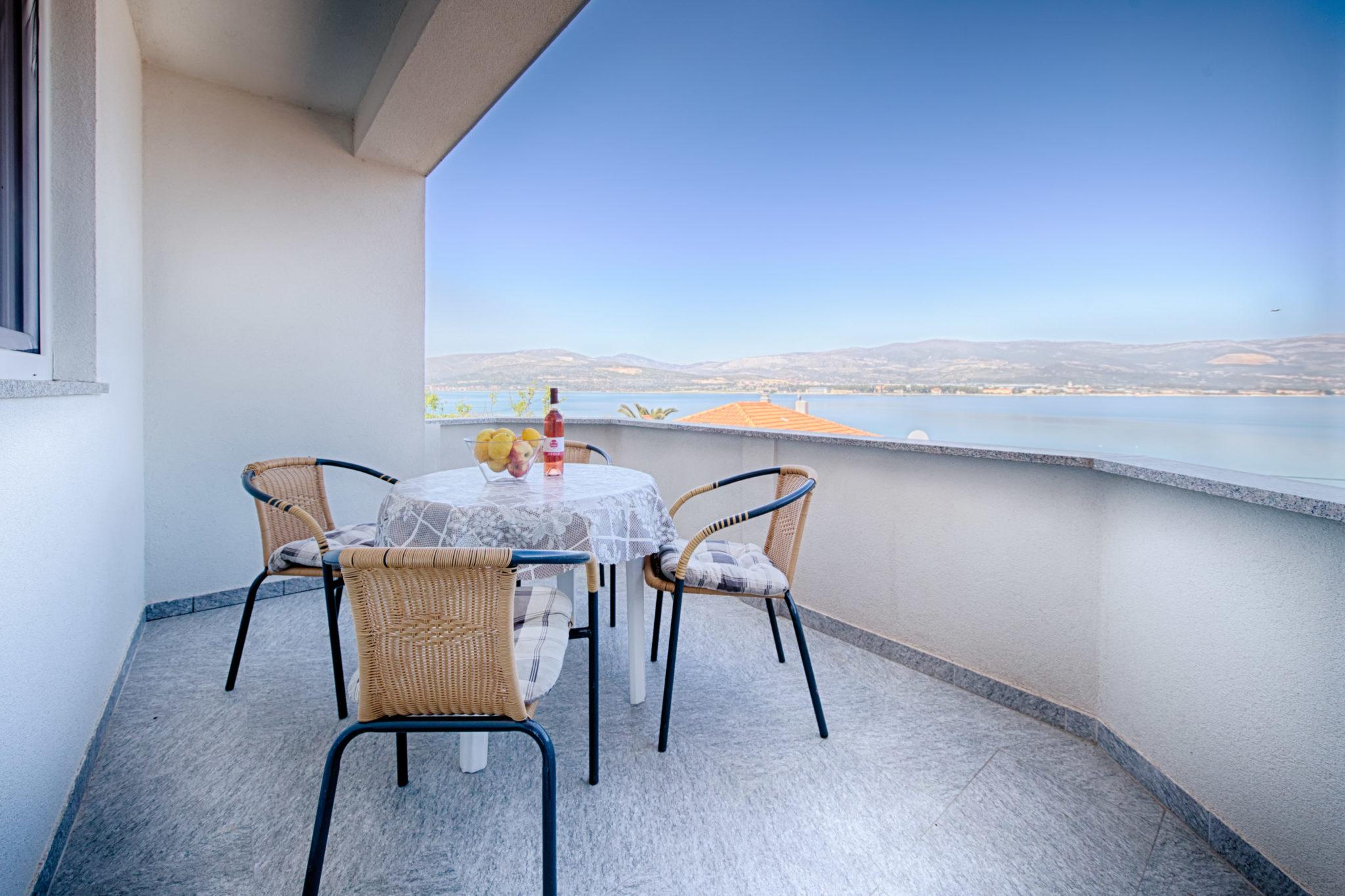 Kuća: Trogir, objekt 6 apartmana 500m2 + građ.zemljište 1072 m2 (prodaja)